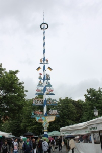 Maypole at the Viktulianmarkt